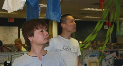 ザッポス社内を見学される中田社長と熊澤さん