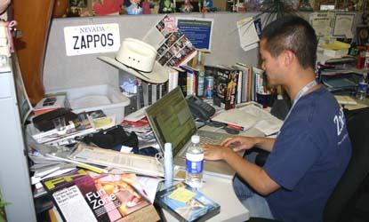 ザッポスCEOトニー・シェイが自分のデスクで仕事する風景