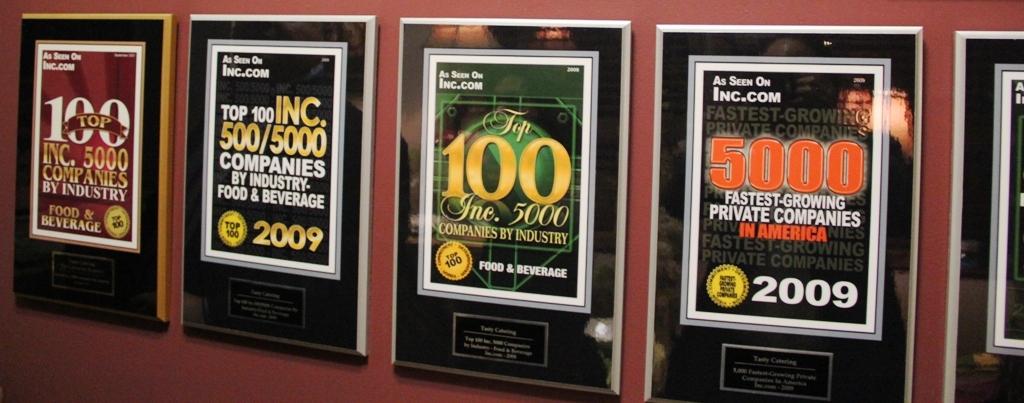 スモール・ジャイアンツ企業、トムさんの会社に飾られた表彰状